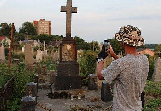 Можно ли фотографироваться спиной к крестам